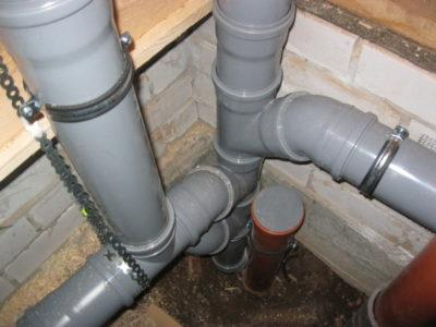 як кріпити каналізаційні труби