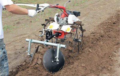 як підгортати картоплю мотоблоком
